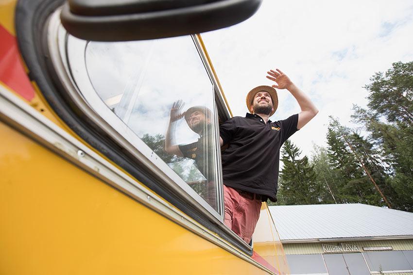 Makuvankkurin Teemu Virrantalo katselee kauppaautonsa ikkunasta.