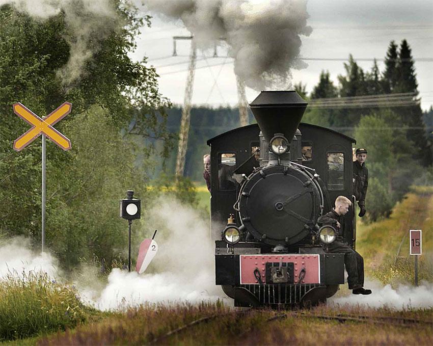 Höyryjuna tulossa kohti. Kuljettaja katsoo ulos.