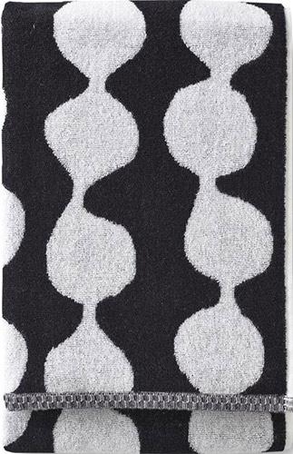 Finlaysonin mustavalkoinen Pampula-käsipyyhe on kooltaan 50x70 cm. Se on Sami Vullin suunnittelema ja moderni päivitys suomalaisen tekstiilisuunnittelun kulta-aikojen muotokielestä.